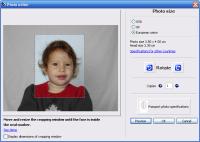 パスポート用写真にするには人物が小さすぎます。